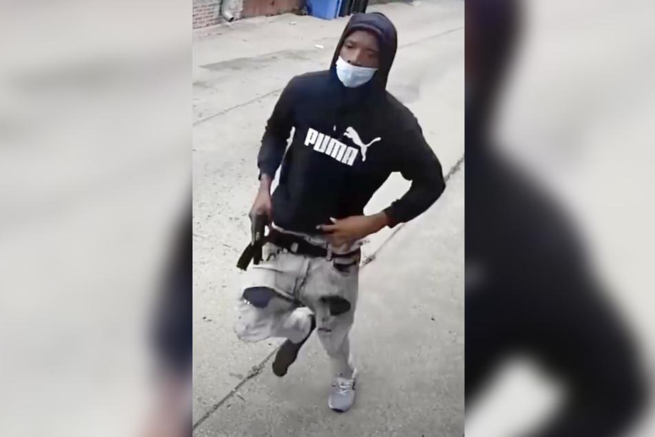 Der Verdächtige floh mit einer Waffe in der rechten Hand vom Tatort.