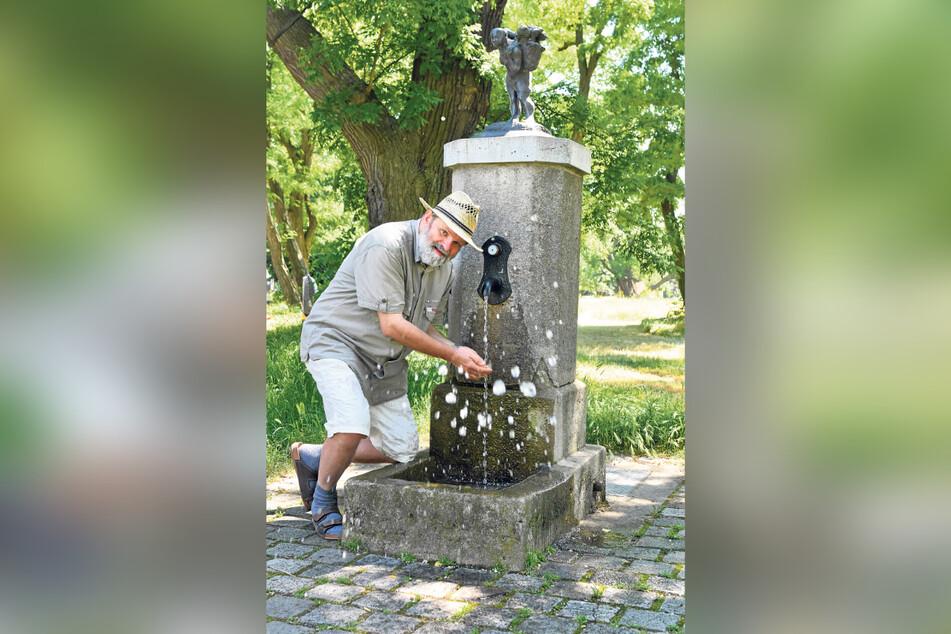"""Die """"Marktfrau"""" von Bildhauer Matthias Jackisch ziert den Marktbrunnen an der Lignerallee und gibt ihm seinen Namen."""