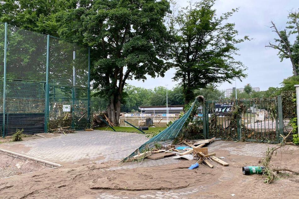 Das Stadion wurde von den Wassermassen komplett verwüstet. Das Wasser stand meterhoch.