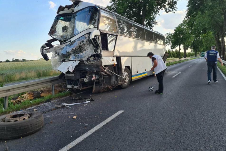 Die Front des Busses ist zerstört.