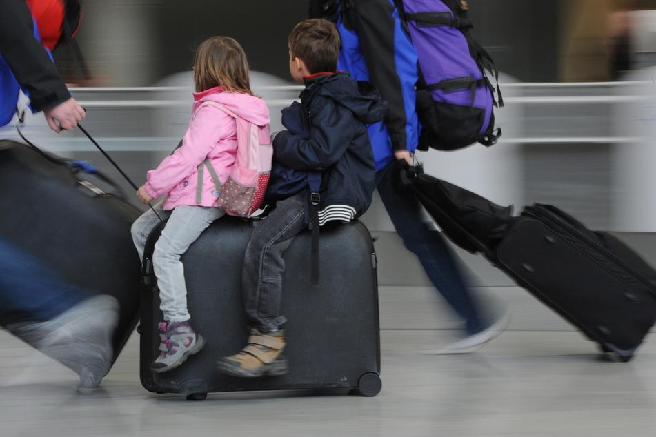 Nicht nur Kinder sitzen auf gepackten Koffern. Die Winterferien starten am 31. Januar.
