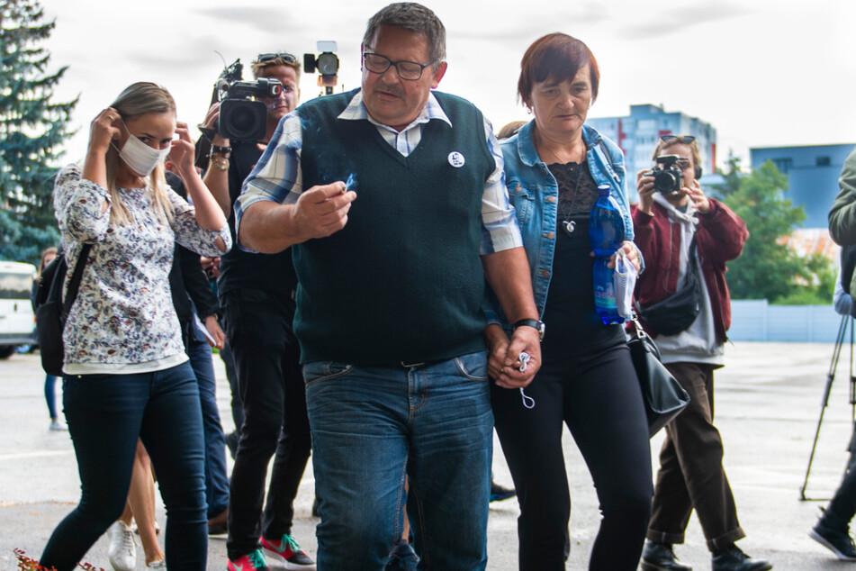 Jozef Kuciak ((vorne,l) und Jana Kuciaková, die Eltern des ermordeten Journalisten Ján Kuciak, treffen am Donnerstag Gericht ein.