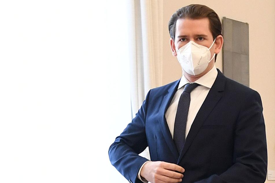 Sebastian Kurz (ÖVP), Bundeskanzler von Österreich, trifft mit Mund-Nasen-Bedeckung zu einer Videokonferenz der Regierung mit der Opposition im Bundeskanzleramt ein.