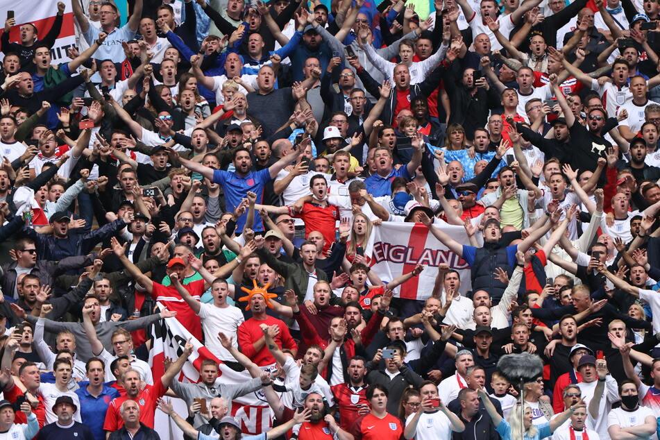 Englands Fans feiern vor dem Achtelfinalspiel zwischen England und Deutschland. Die ECDC hat im Zusammenhang mit der Fußball-EM erstmals auch Corona-Fälle in Deutschland gezählt.