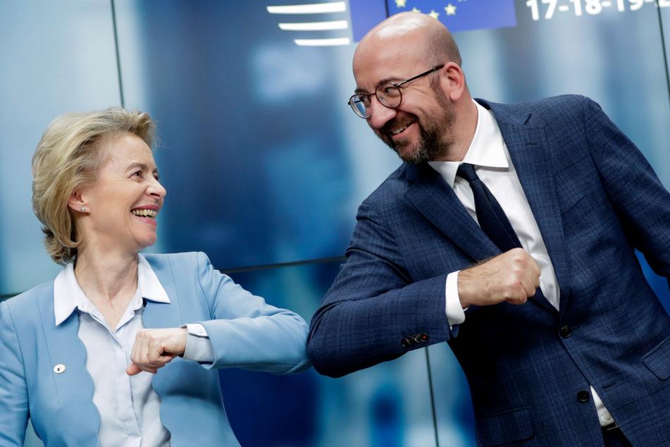 Ursula von der Leyen (61) und Charles Michel (44), Präsident des Europäischen Rates, stoßen sich an den Ellbogen, nachdem sie zum Abschluss des EU-Gipfels jeweils eine Rede gehalten haben. (Archivbild)