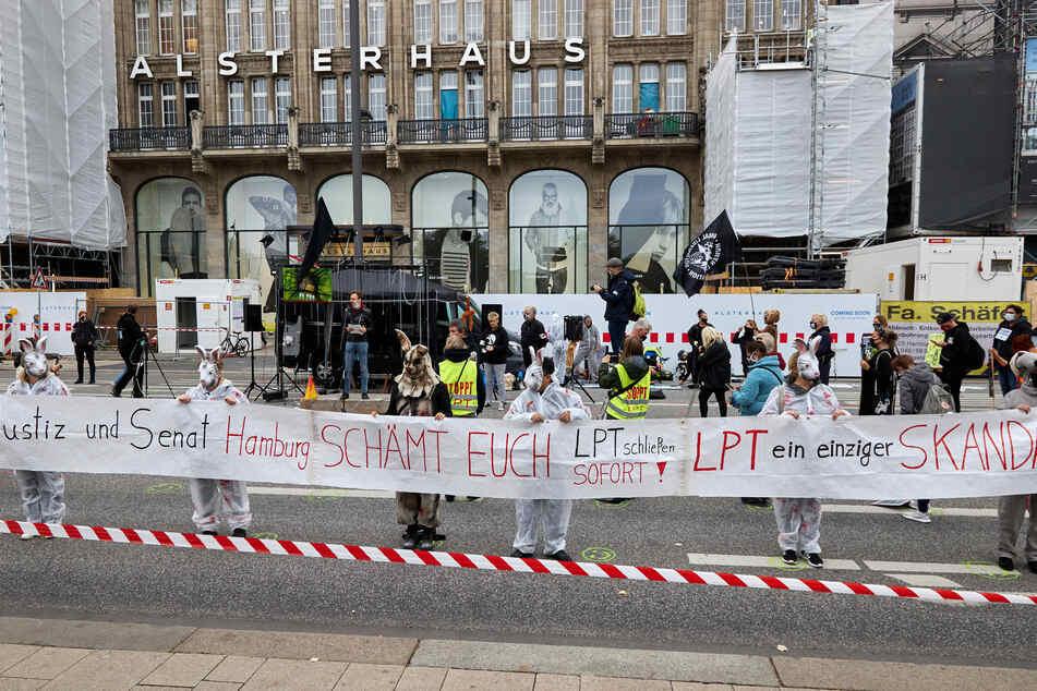 Tierschützer demonstrieren gegen das LPT in Hamburg.