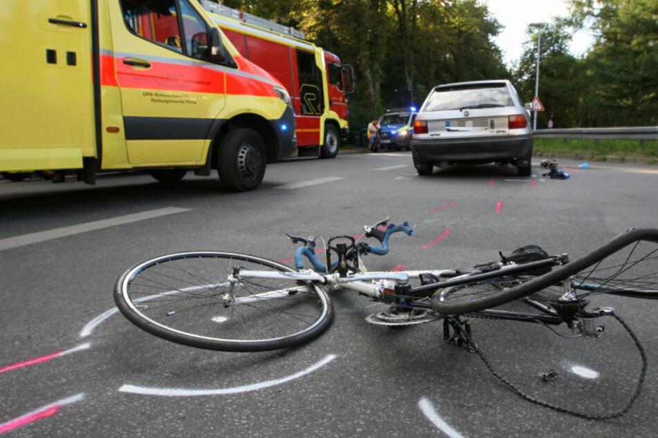 Das demolierte Fahrrad liegt vor dem Opel Astra.