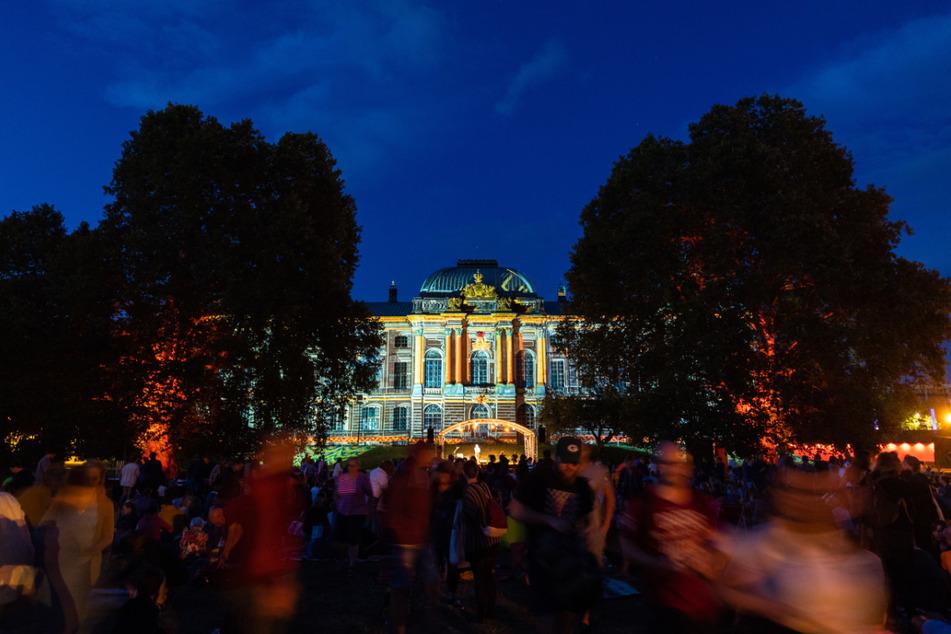 Allabendlich wird das Japanische Palais während des Palais Sommers angestrahlt.