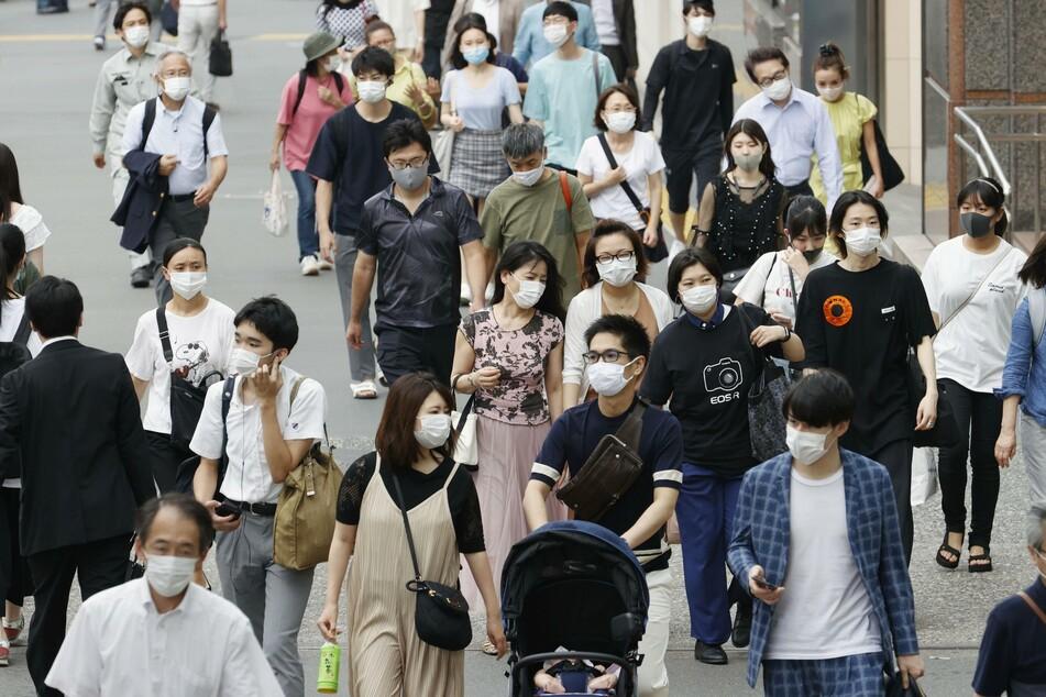 Diese Passanten in Tokios Gewerbegebiet Shinjuku tragen allesamt Schutzmasken.