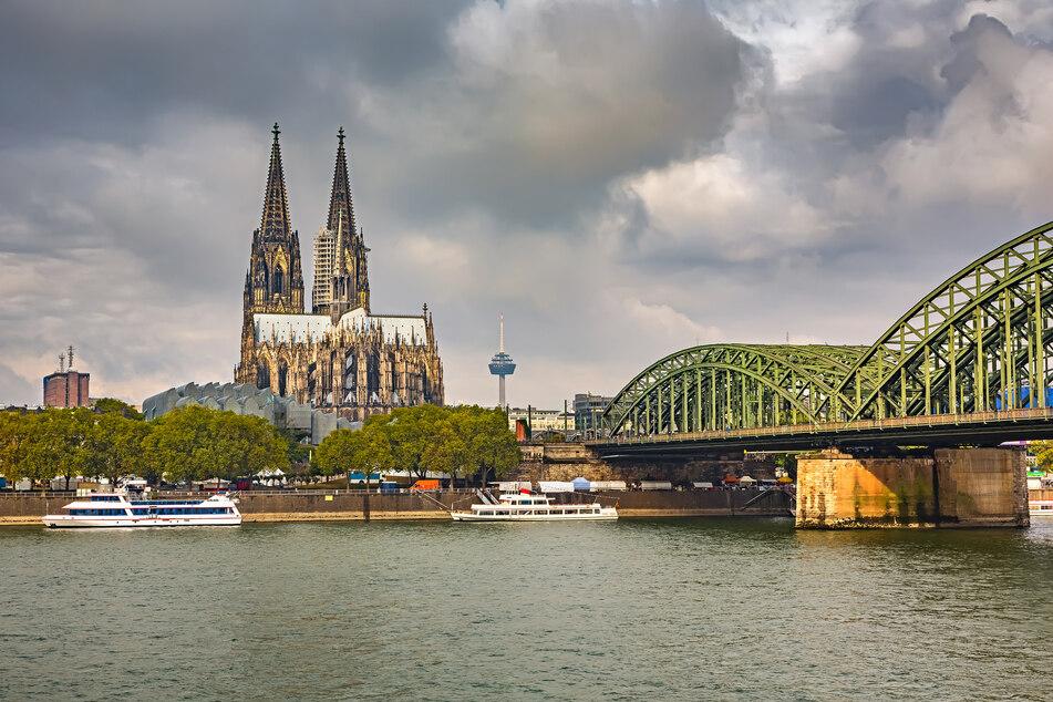 Blick auf den Kölner Dom und Hohenzollernbrücke. Auch in Köln drohen Gewitter.