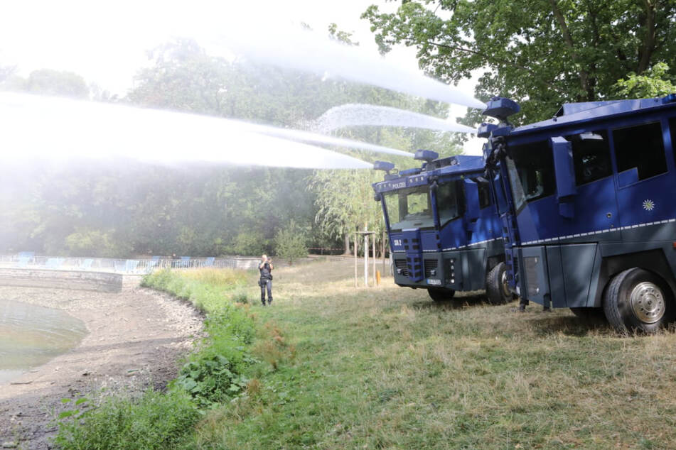 Nach Leichenfund: Inselteich wird mit Hilfe von Wasserwerfern wieder aufgefüllt