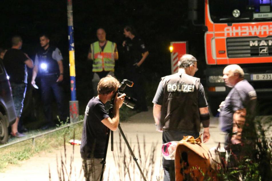 Polizisten sichern Spuren.