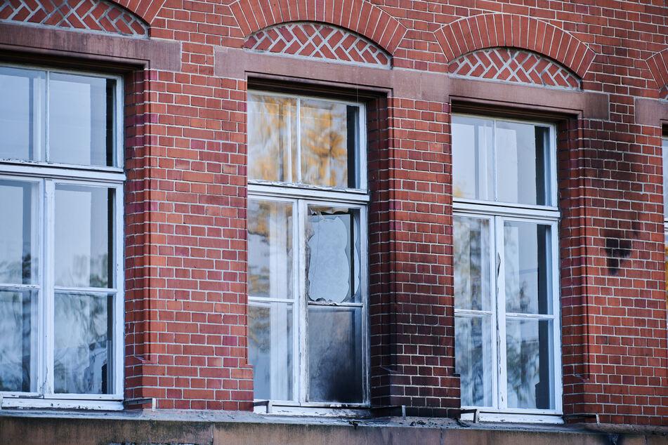 In der Nacht zum 25. Oktober hatten mehrere Täter Molotow-Cocktails gegen die Hauswand des Gebäudes im südlichen Stadtbezirk Tempelhof-Schöneberg geworfen.