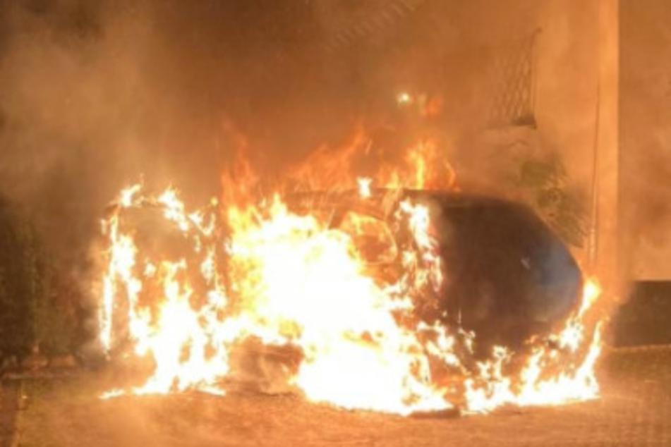 Pizzafahrer will Auto starten, plötzlich steht es in Flammen
