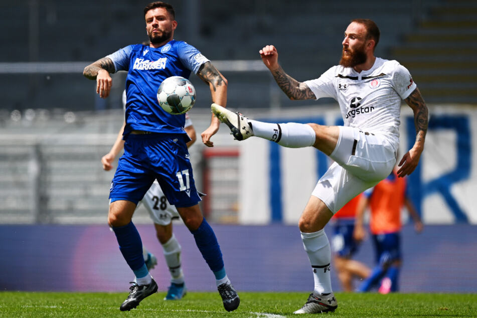 Einst Mannschaftskollegen bei Hertha BSC, nun Gegner: St. Paulis Marvin Knoll (r.) und KSC-Angreifer Marco Djuricin.
