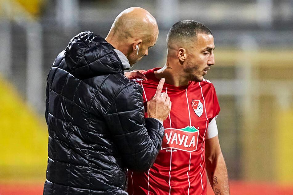 Alexander Schmidt (52, l.) redet als Türkgücü-Coach auf Sercan Sararer (31) ein. Möglich, dass sich beide bei Dynamo wiedersehen.