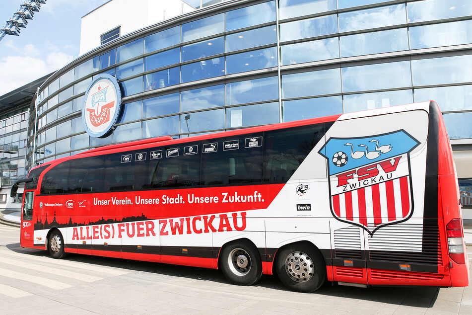 """Der Mannschaftsbus des FSV Zwickau (hier vorm Rostocker Ostseestadion) muss ganz schön Kilometer """"schrubben""""."""