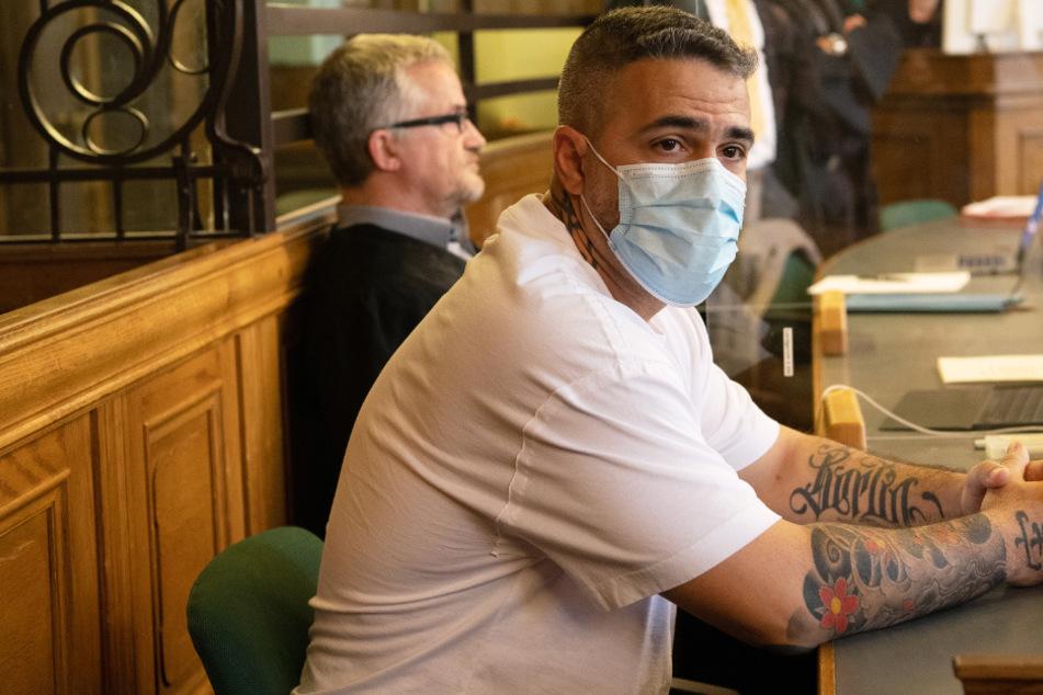 Bushido, sitzt zu Beginn eines Prozesses gegen den Chef einer bekannten arabischstämmigen Großfamilie in einem Gerichtssaal des Landgerichts.