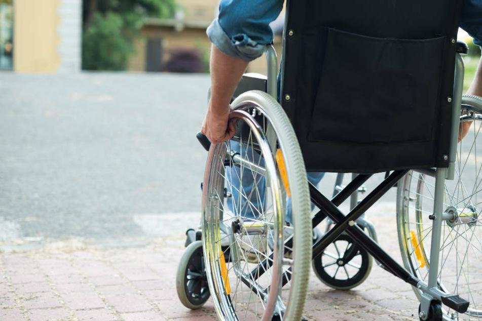 Der Rollstuhlfahrer blieb glücklicherweise unverletzt. (Symbolbild)