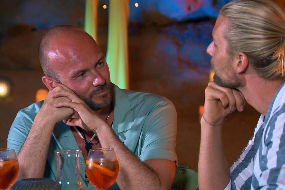 Fragende Blicke beim Einzeldate: Arne (40, l.) und Kim (31) wissen nicht so recht, wohin mit sich.