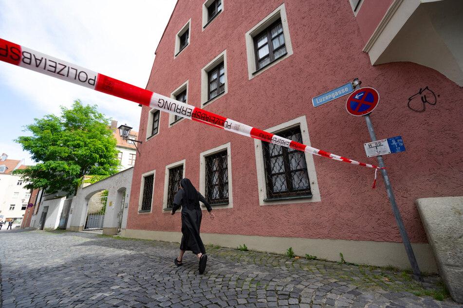 Eine Nonne geht an dem Haus in Regensburg vorbei, in dem Georg Ratzinger, der Bruder des emeritierten Papstes wohnt.