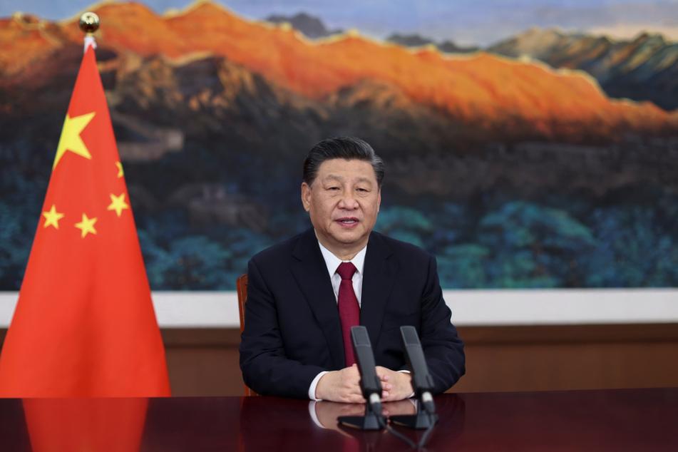 """Chinas Staatschef Xi Jinping (68): Erst vor wenigen Wochen warnte er anlässlich des 100. Geburtstags der KP Chinas, dass ausländische Kritiker sich an einer """"großen Mauer aus Stahl den Kopf blutig stoßen"""" werden."""