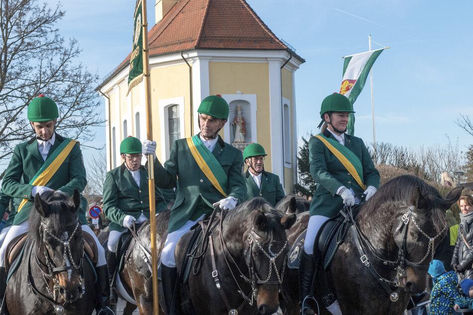 Reiter reiten auf ihren Pferden an der Silvesterkapelle vorbei. Aus Dankbarkeit über das Ende einer Viehseuche reiten in Westhausen seit hunderten von Jahren Reiter beim traditionellen Silvesterritt zu einer Kapelle am Ortsrand.