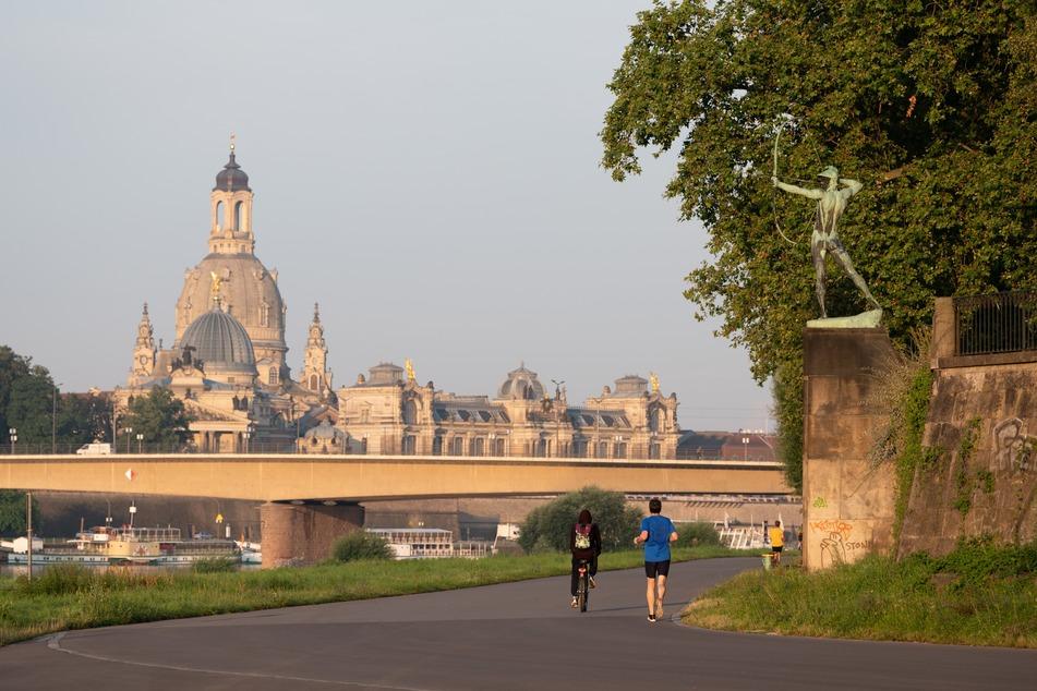 Das Elbufer von Dresden mit der Frauenkirche.