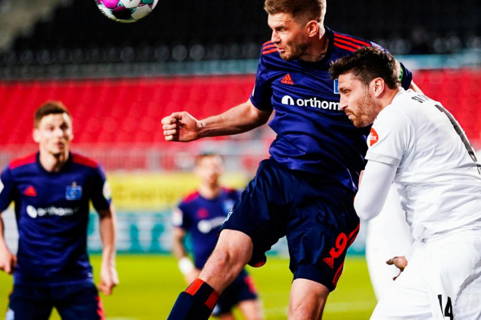 Sandhausens Tim Kister (34, r.,) steigt zum Kopfballduell gegen HSV-Stürmer Simon Terodde (33, 2. v. r.) hoch.