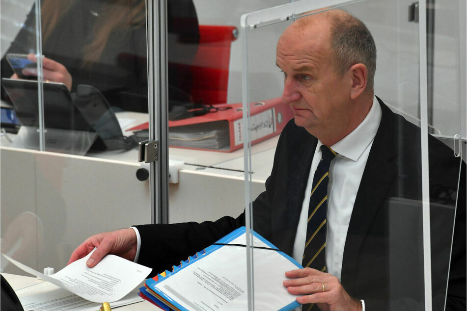 Dietmar Woidke (59, SPD) verfolgt eine Debatte der Landtagssitzung. Brandenburgs Ministerpräsident zeigte sich am Freitag nicht nur wegen der steigenden Infektionszahlen besorgt.