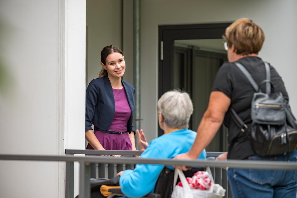 Architektin Christiane Hähle (41) spricht mit Bewohnern der altersgerecht sanierten Wohnungen.