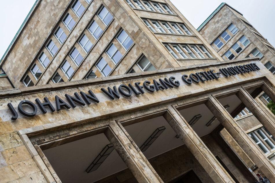 """Der Schriftzug """"Johann Wolfgang Goethe-Universität"""" ist auf dem Campus Westend über dem Eingang zum Hauptgebäude zu lesen."""