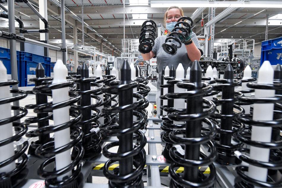 In einer der neuen Produktionshalle montiert Nicole Schwabe von Volkswagen Fahrwerksysteme für die ID-Famile.