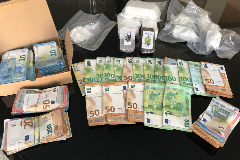 Neben Geld und Kokain fanden die Beamten auch 15 Armbanduhren und elf Fahrzeuge.