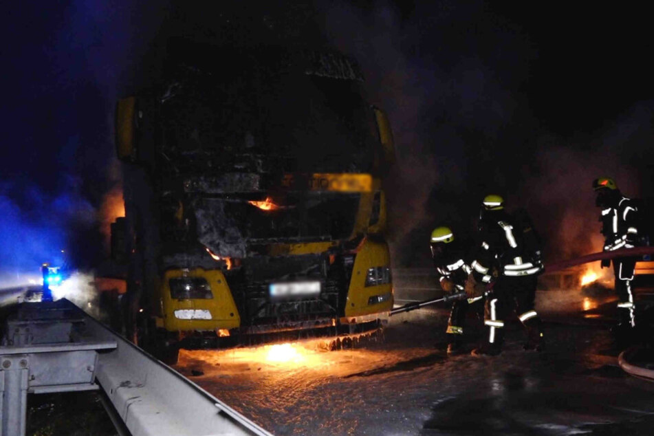 Die Kameraden der Feuerwehr löschten den Brand am Lastwagen.