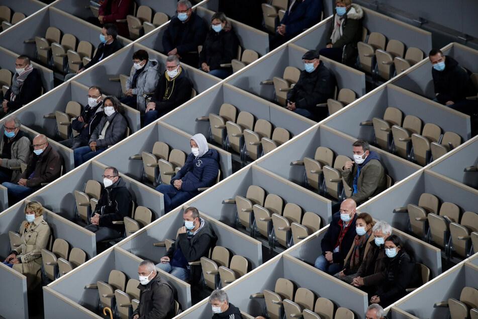 Die Zuschauer eines French-Open-Turniers tragen auf der Tribüne zur Eindämmung der Corona-Pandemie Masken.
