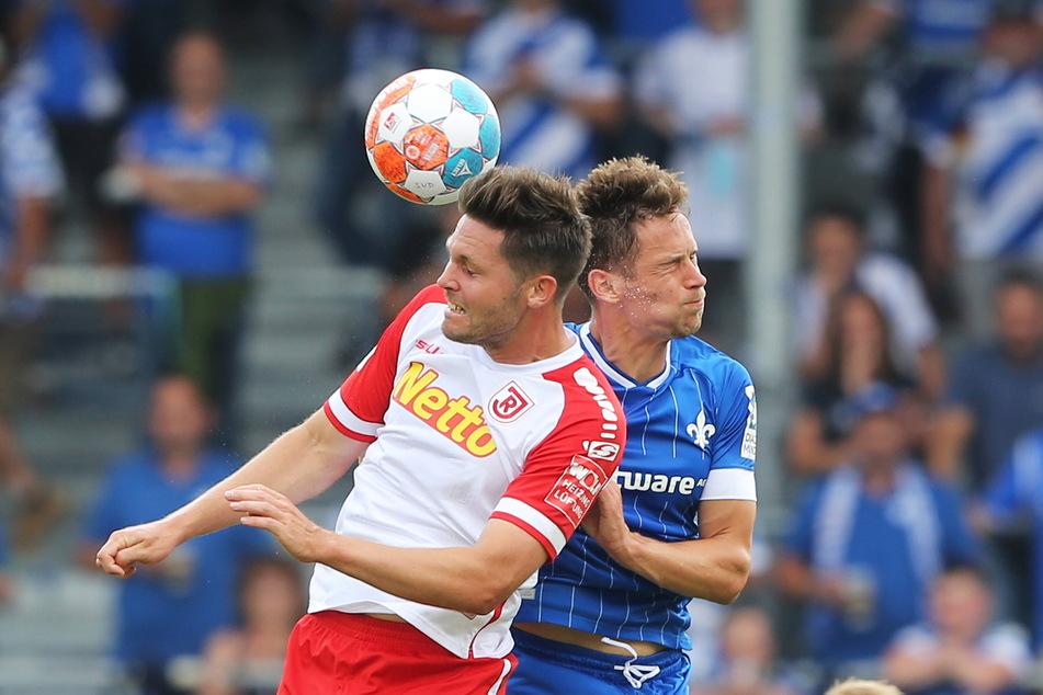 Hart am Mann: Jannik Müller (27, r.) im Kopfballduell mit Regensburgs Andreas Albers (31). Zu Beginn der Saison stand Müller in der Startelf, zuletzt nicht mehr.