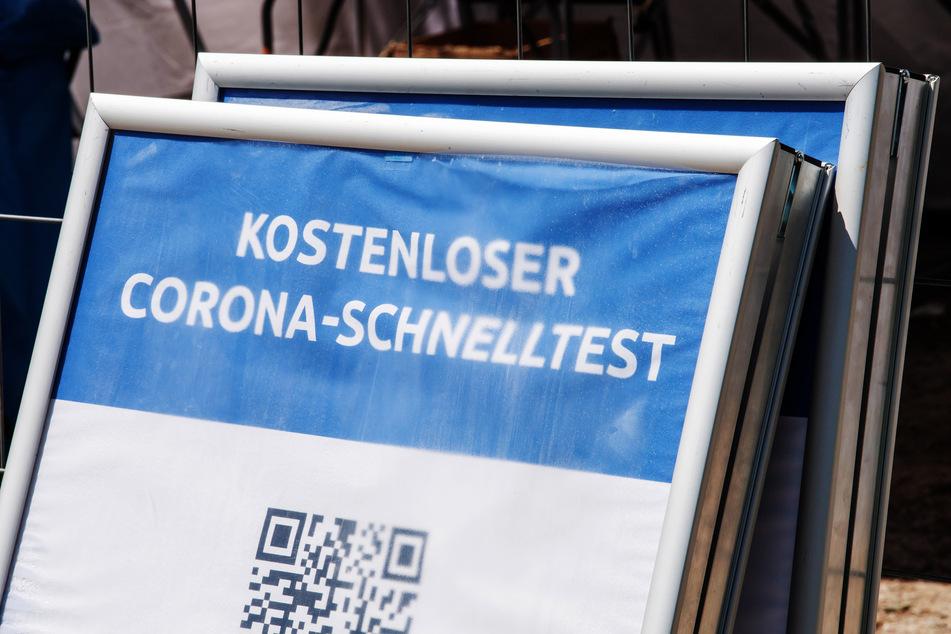 """Bald Geschichte? Ein Schild mit der Aufschrift """"Kostenloser Corona-Schnelltest"""" steht vor einem Testzentrum."""