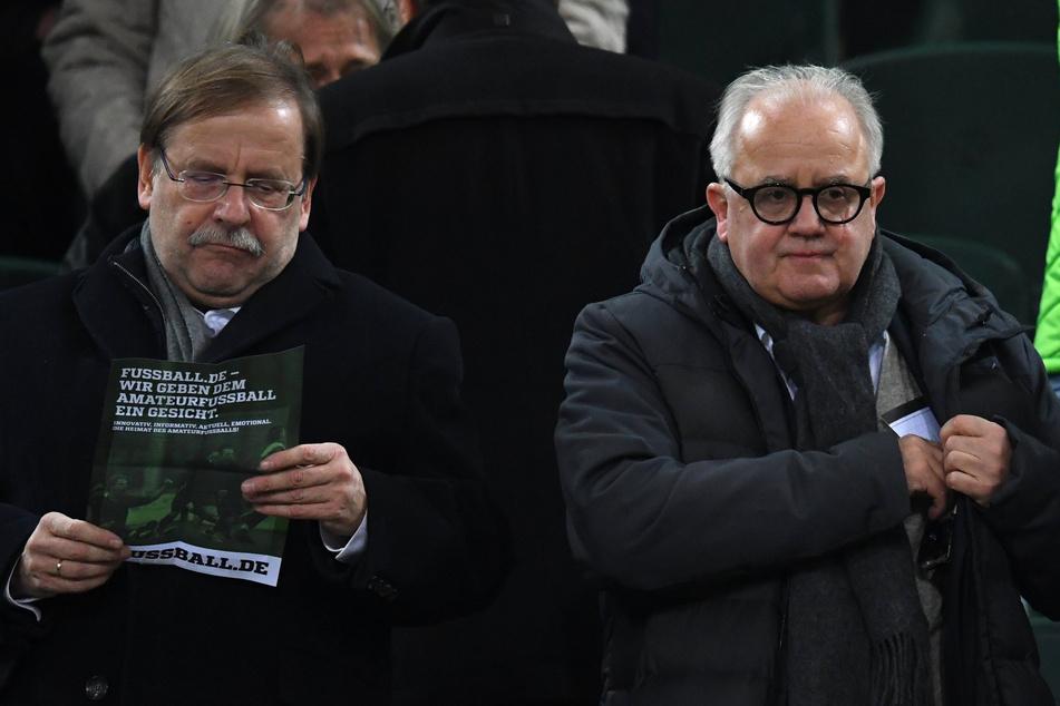 DFB-Vizepräsident Rainer Koch (62, l.) und DFB-Präsident Fritz Keller (64) auf der Tribüne des Mönchengladbacher Borussia-Parks.