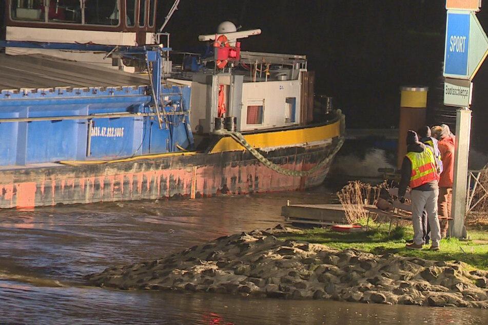 Havarie auf der Weser! Frachter wird gegen Mole gedrückt