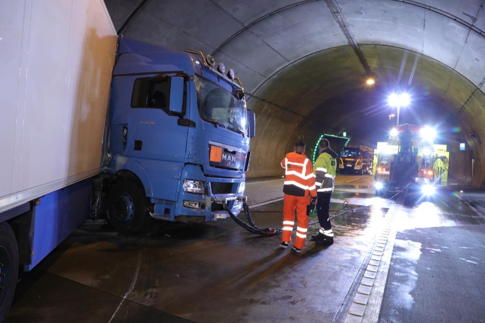 Ein Abschleppdienst konnte den verkeilten Laster von der Unfallstelle abtransportieren.