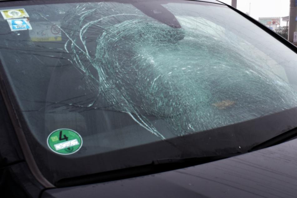 Umherfliegende Eisschollen zerstören Windschutzscheibe auf der A9