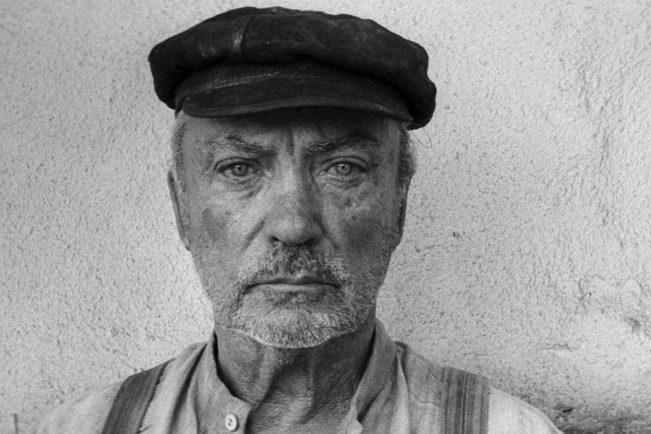 """Bauer Miller (Udo Kier, 76) verprügelt seine Frau und beschimpft sie dabei als """"Hure"""" sowie """"Schlampe"""", tut noch weitere furchtbare Dinge. Joska (Petr Kotlar, 14) muss es auch bei diesem schrecklichen Menschen einige Zeit lang aushalten."""
