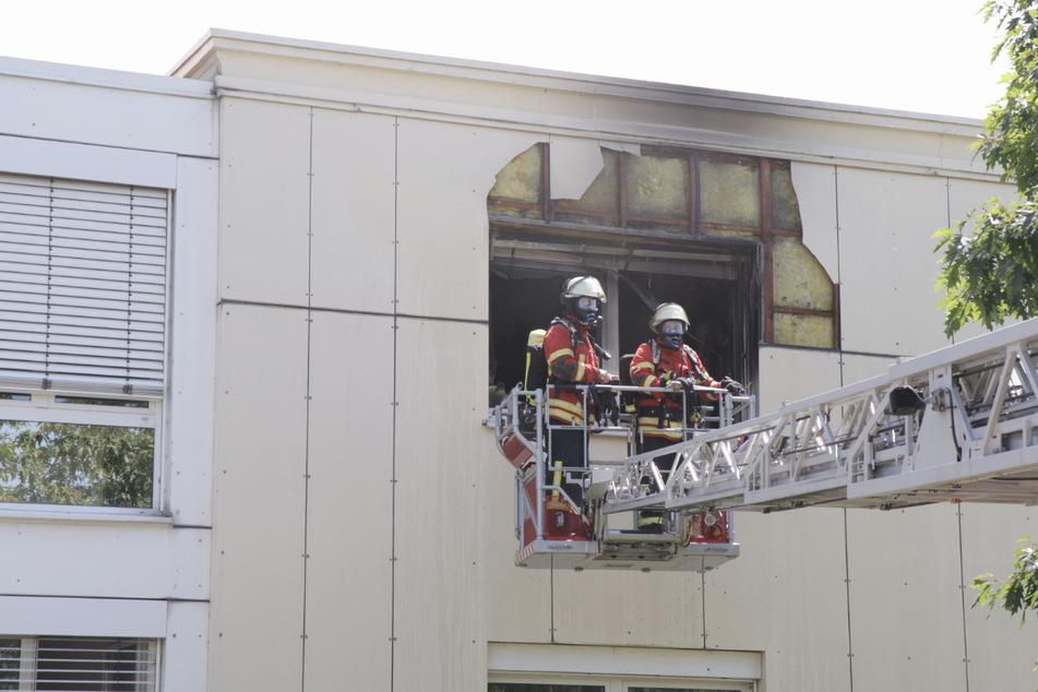 Feuerwehrleute auf einer Drehleiter.