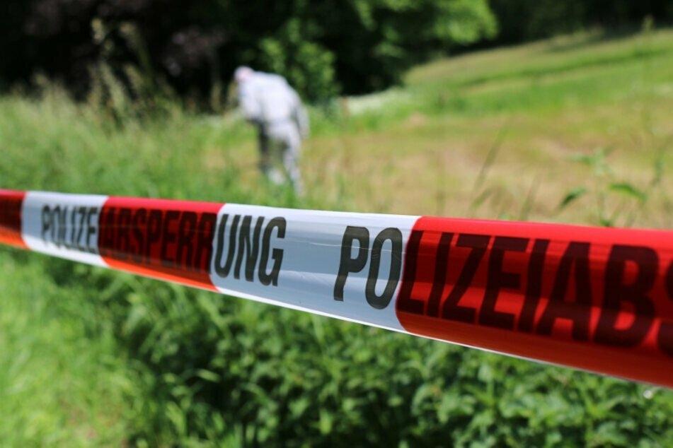 Die Polizei sichert Spuren auf einem Grundstück. (Symbolbild)