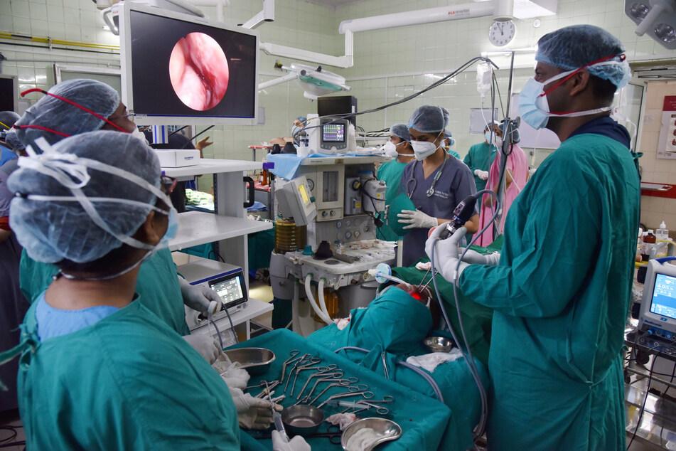 Hyderabad: HNO-Spezialisten führen eine Operation an einem mit schwarzem Pilz (Mukormykose) infizierten Patienten durch.
