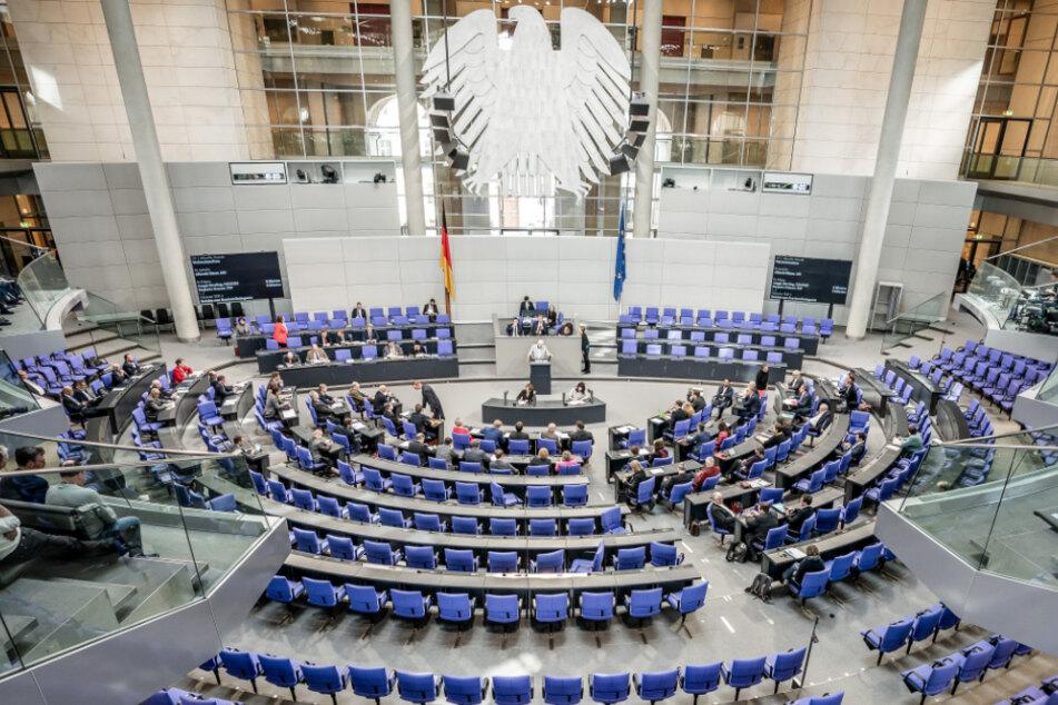 Ein AfD-Politiker spricht vor relativ leeren Sitzreihen im Parlament (Symbolbild).