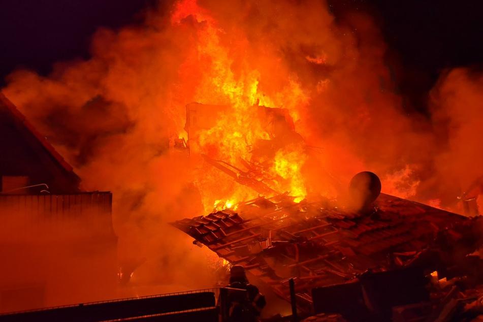 Frankfurt: Wohnhaus steht in Flammen: Brennende Bruchstücke fallen auf Autos
