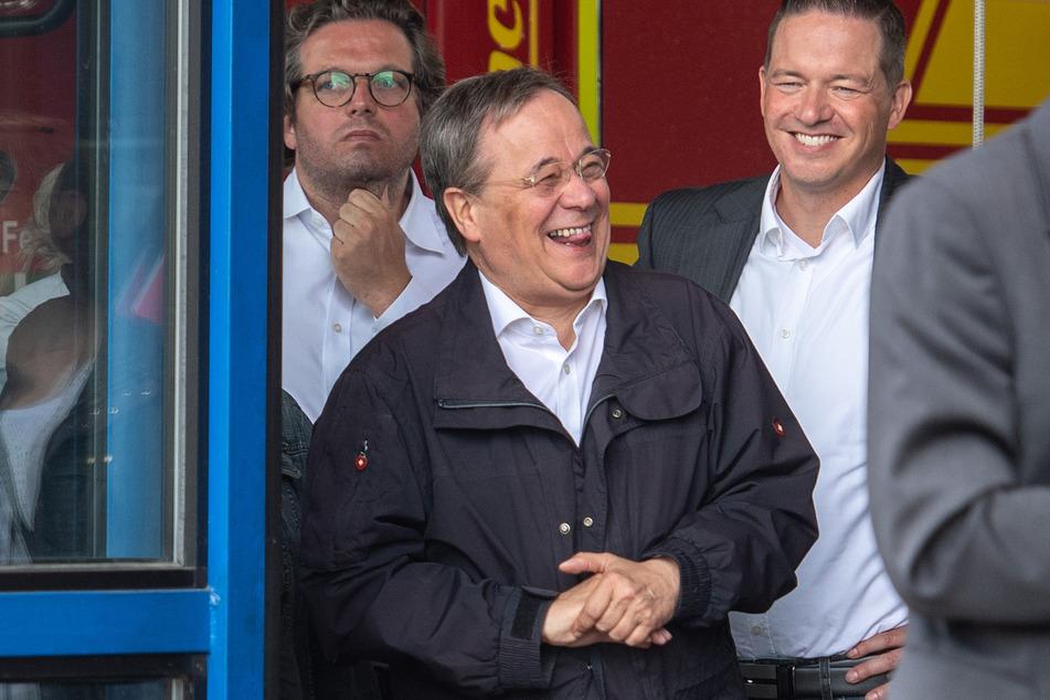 Laschet (60, CDU) konnte mit seiner Performance in Nordrhein-Westfalen nicht gerade glänzen: In Erftstadt witzelte er mit Kollegen.