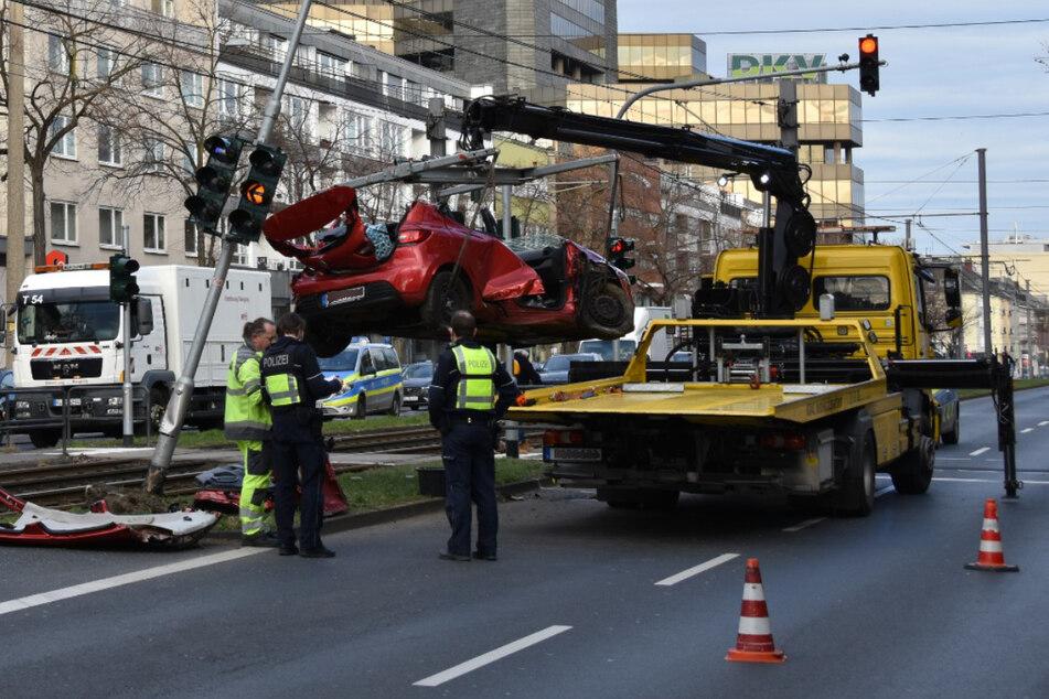 Das Unfallauto musste nach dem Unfall mit einem Kran abgeschleppt werden.